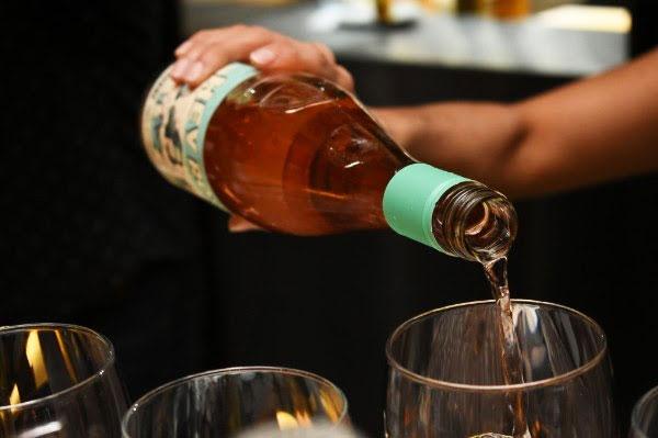 Come-Wine-With-Us-botella
