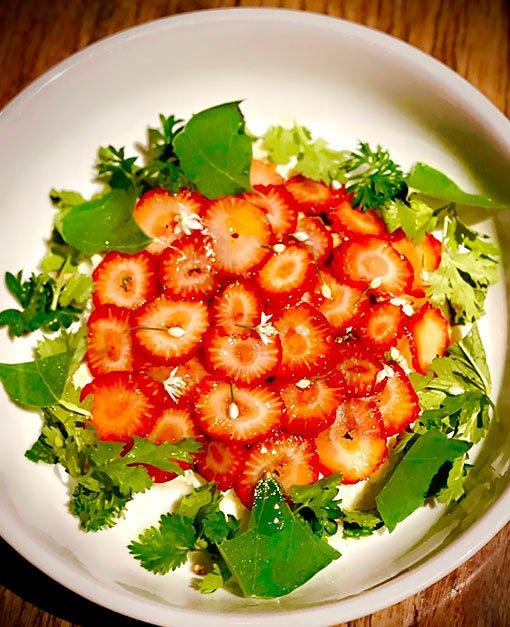 Restaurante-Julia-burrata-frutillas-verdes